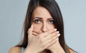 Mau hálito: 5 principais causas e o que fazer