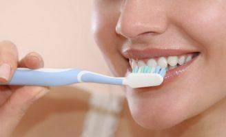 Como fazer uma boa manutenção dos implantes dentários em casa